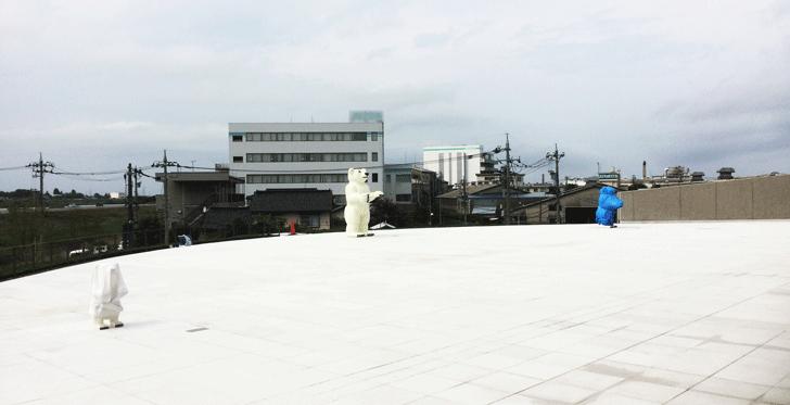 富山県美術館の外観展示のクマさん
