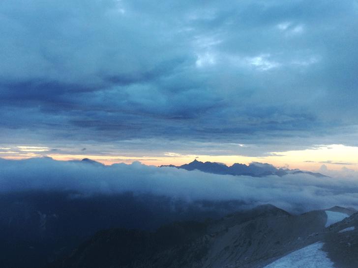 富山県の百名山薬師岳山頂からの見た槍ヶ岳
