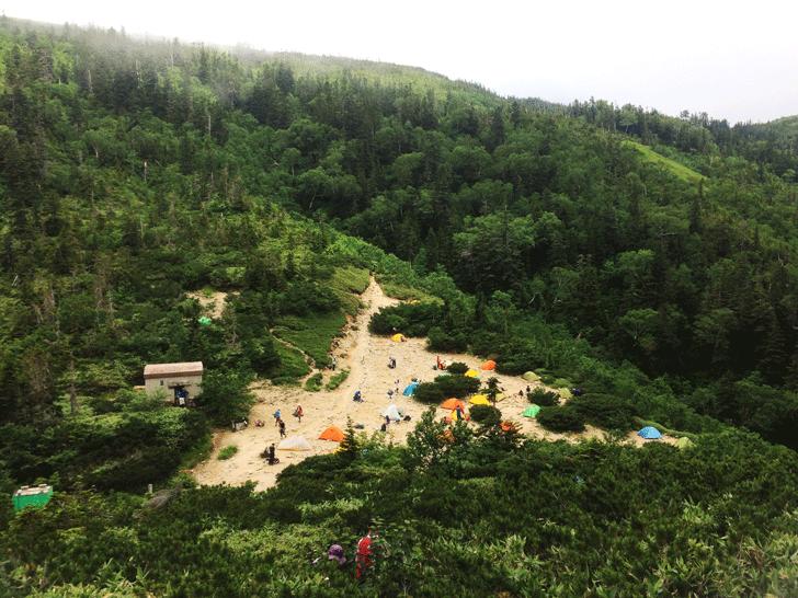 富山県の百名山薬師岳のテント場の様子