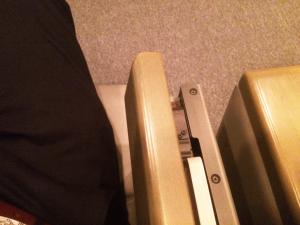 オーバードホールのシアターの収納された机