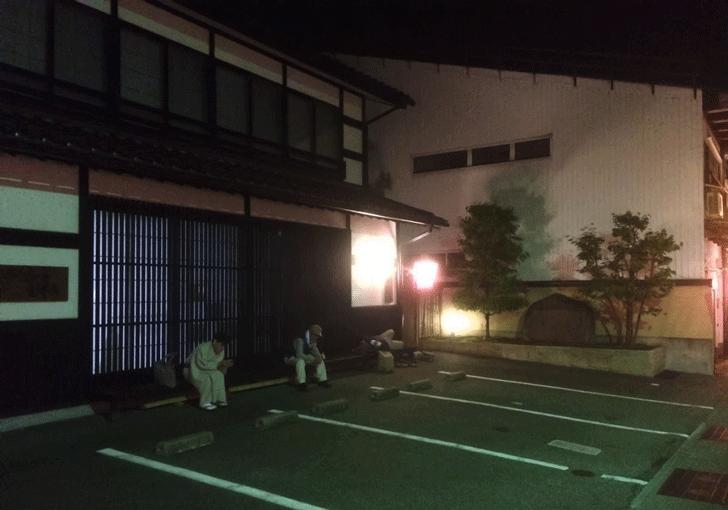 深夜の越中八尾おわら風の盆で疲れた観光客