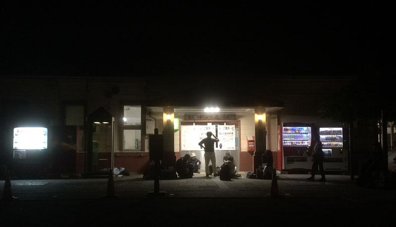 深夜の越中八尾おわら風の盆、越中八尾駅で休む観光客