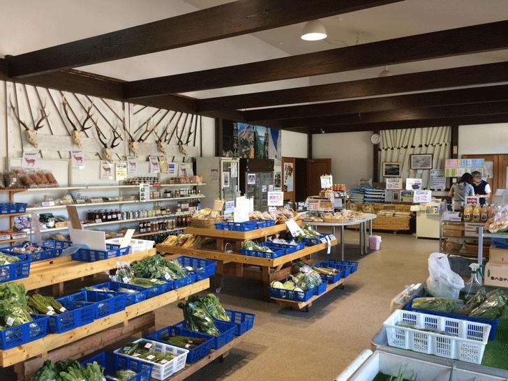 富山市山田農林産物処理加工直販施設、ふれあい青空市「やまだの案山子」の中の様子