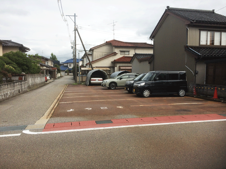 小杉の不二屋食堂の店の前の駐車場