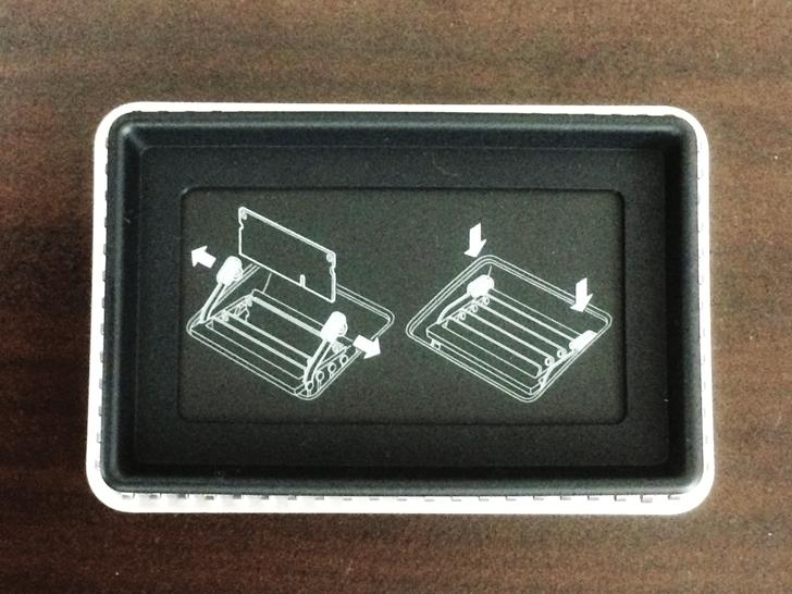 iMacメモリスロットの蓋の裏のメモリの差し込み方の説明