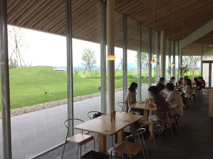 富山の産業観光施設、高岡の能作新社屋のIMONO KITCHEN(カフェ)のテーブル席