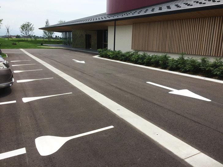 富山の産業観光施設、高岡の能作新社屋の駐車場