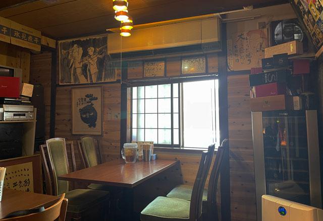 富山県氷見市ミシュランビブグルマンのラーメン屋「貪瞋痴(とんじんち)」のテーブル席
