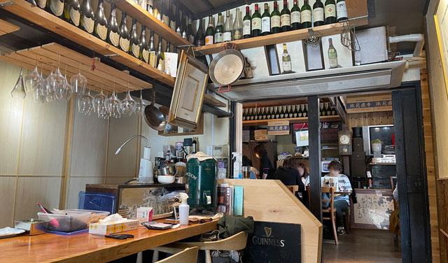 富山県氷見市ミシュランビブグルマンのラーメン屋「貪瞋痴(とんじんち)」の店内の待ち席