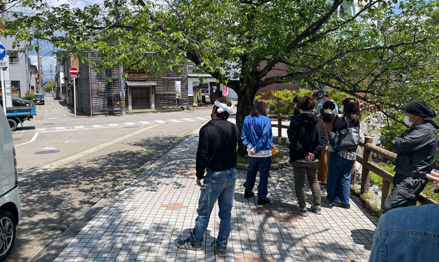 富山県氷見市ミシュランビブグルマンのラーメン屋「貪瞋痴(とんじんち)」の行列