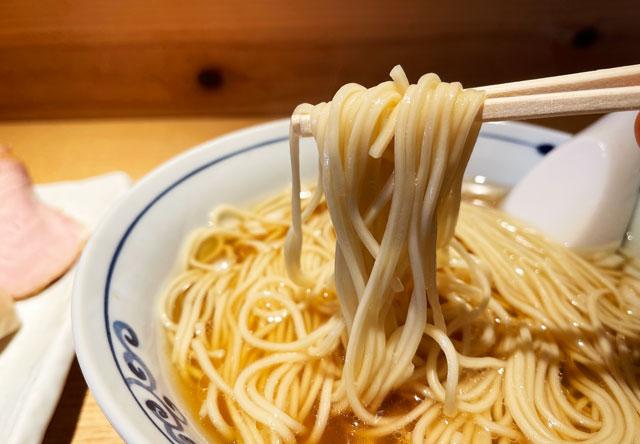 富山県氷見市ミシュランビブグルマンのラーメン屋「貪瞋痴(とんじんち)」の煮干しラーメンの麺