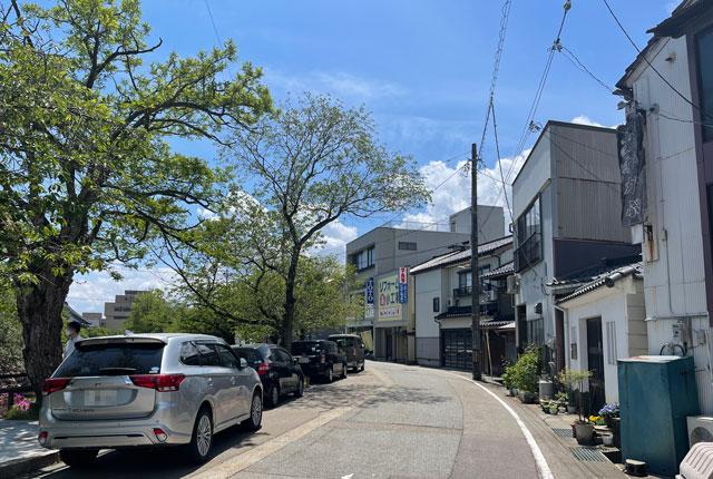 富山県氷見市ミシュランビブグルマンのラーメン屋「貪瞋痴(とんじんち)」の路上駐車
