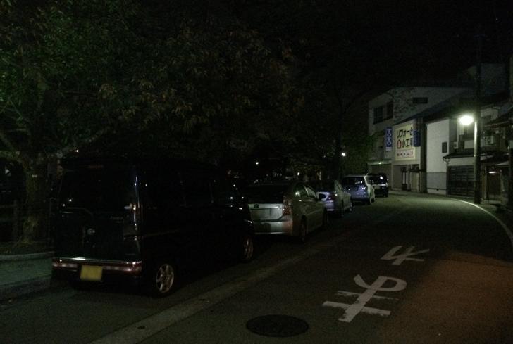 ミシュラン掲載の氷見のラーメン屋「貪瞋痴(とんじんち)」の店の前の路上駐車