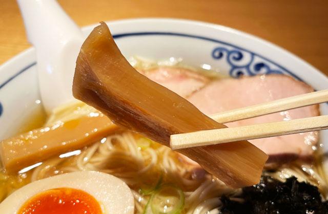 富山県氷見市ミシュランビブグルマンのラーメン屋「貪瞋痴(とんじんち)」の煮干しラーメンのメンマ