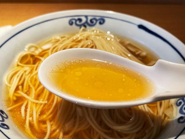 富山県氷見市ミシュランビブグルマンのラーメン屋「貪瞋痴(とんじんち)」の煮干しラーメンのスープ