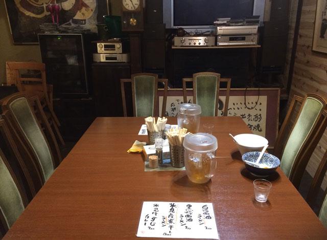 富山県氷見市ミシュランビブグルマンのラーメン屋「貪瞋痴(とんじんち)」の昔のテーブル席