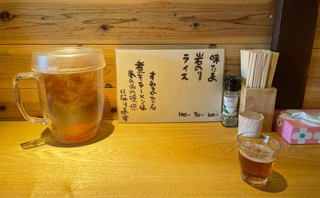 富山県氷見市ミシュランビブグルマンのラーメン屋「貪瞋痴(とんじんち)」のテーブルセット