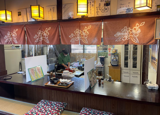 南砺市井波の蕎麦屋「茶ぼ〜ず」の店内カウンター席2