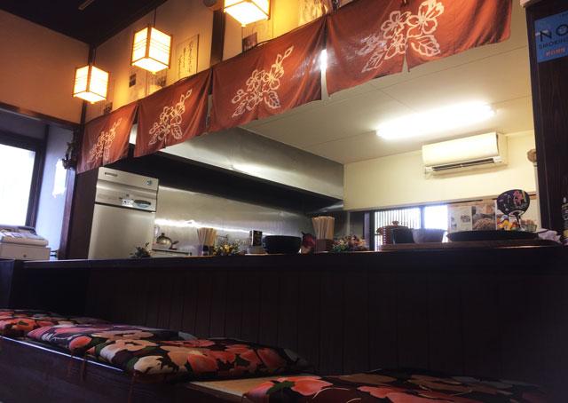 南砺市井波の蕎麦屋「茶ぼ〜ず」の店内カウンター席1