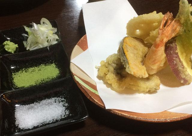 南砺市井波の蕎麦屋「茶ぼ〜ず」の天ぷら蕎麦の天婦羅の塩