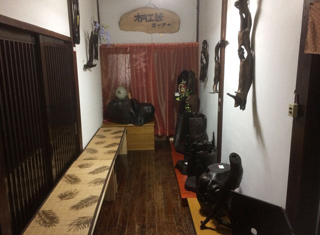 南砺市井波の蕎麦屋「茶ぼ〜ず」の待合室と桐工芸