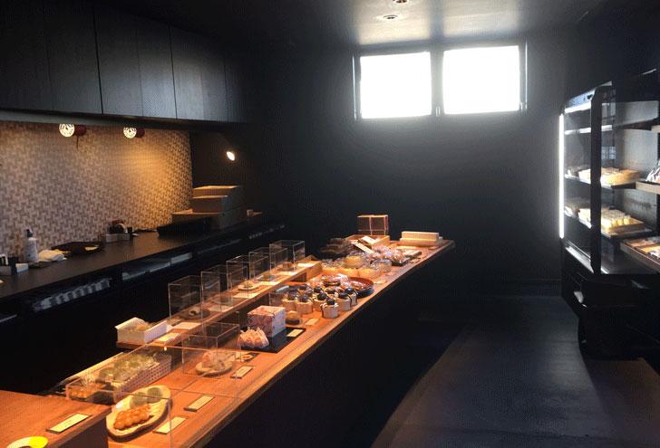 いちご大福で有名な富山の和菓子屋「引網香月堂古沢本店」の販売カウンター