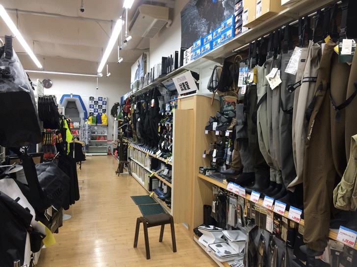 リニューアルオープンした上州屋富山空港通り店の店内のウェーダー売り場
