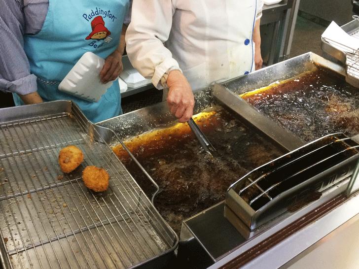 「肉の神戸屋 神明店」の揚げ物コーナー