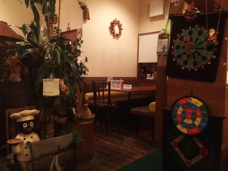 秋吉の老舗洋食屋「近代食堂もりの屋(MORINOYA)」のテーブル席