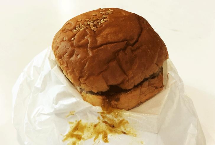 ドライブイン頼成山の北陸唯一のハンバーガー自販機のカレーバーガー