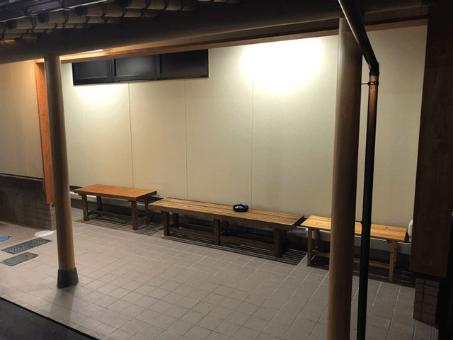 モツ煮込みうどんが有名な糸庄(いとしょう)富山市太郎丸店の外の待合スペース