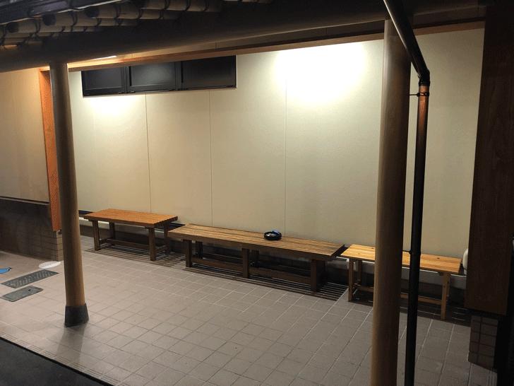 富山市太郎丸、モツ煮込みうどんの糸庄の外の待ちスペース