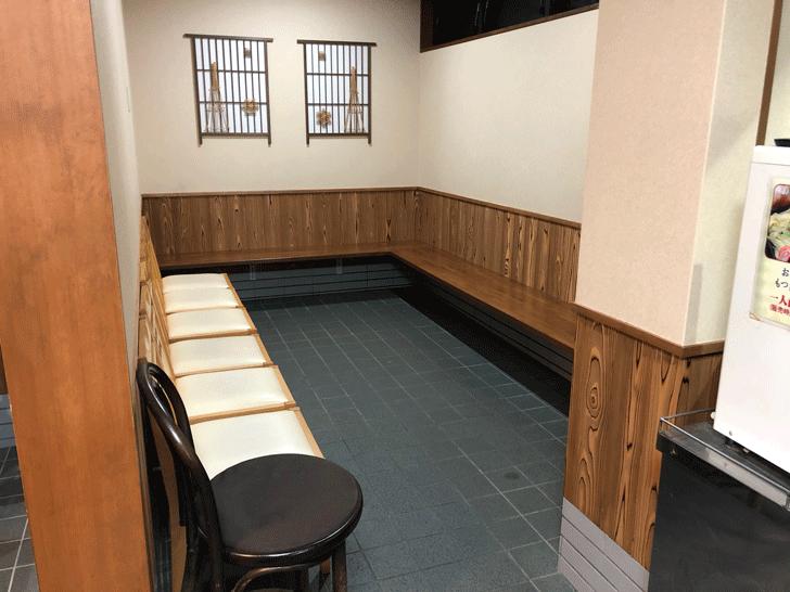 富山市太郎丸、モツ煮込みうどんの糸庄の待ちスペース