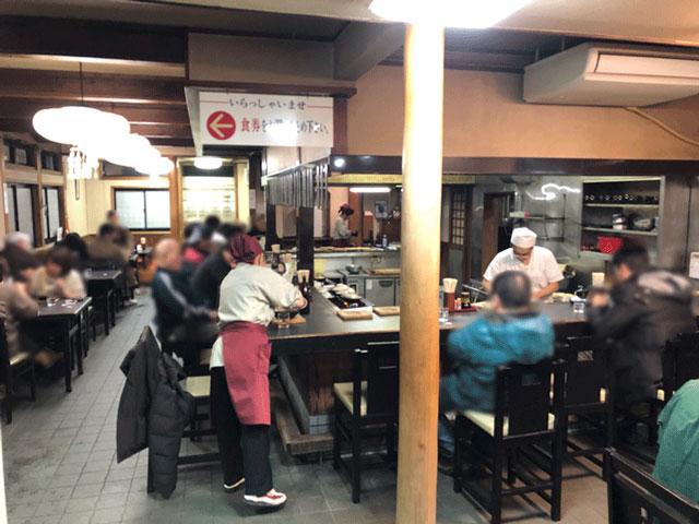 富山市太郎丸、モツ煮込みうどんの糸庄(いとしょう)の店内