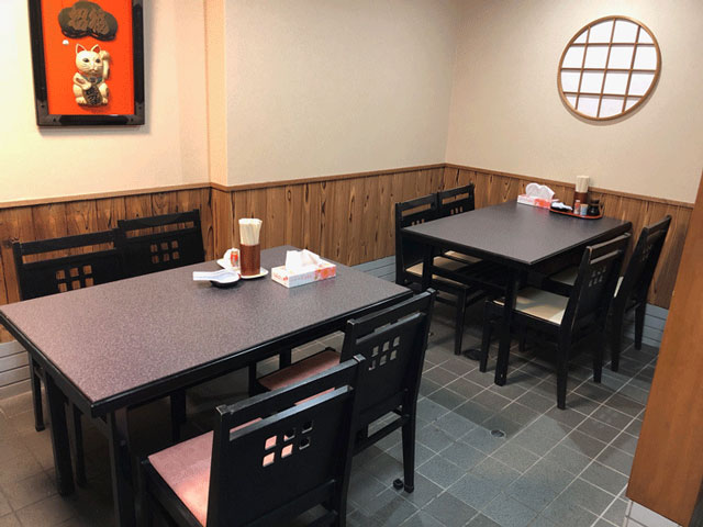 モツ煮込みうどんが有名な糸庄(いとしょう)富山市太郎丸店の増えた店内テーブル席