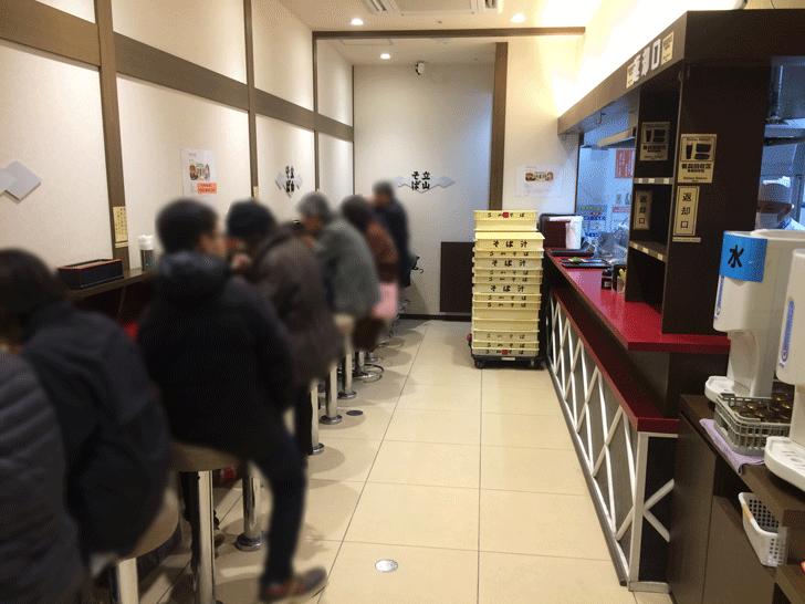 富山駅の「立山そば」の店内の様子