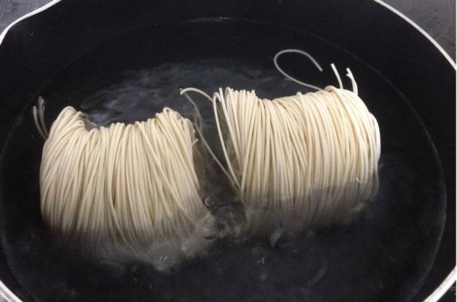 富山名物「砺波市の大門素麺」を茹でているところ
