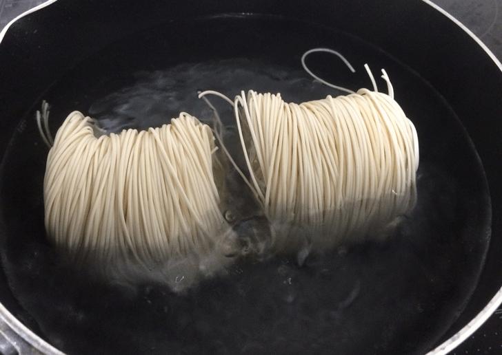 富山名物「砺波市の大門素麺」を茹でている所