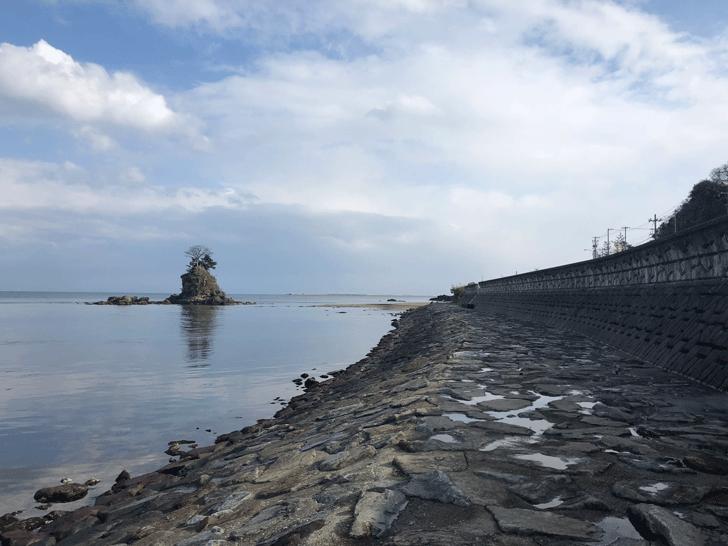 高岡市の観光スポット雨晴海岸の岩のタイル