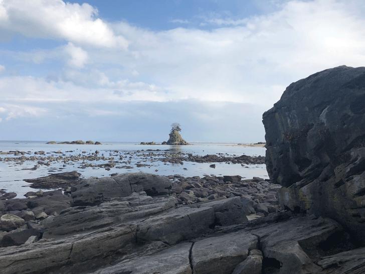 高岡市の観光スポット雨晴海岸の義経岩の周り