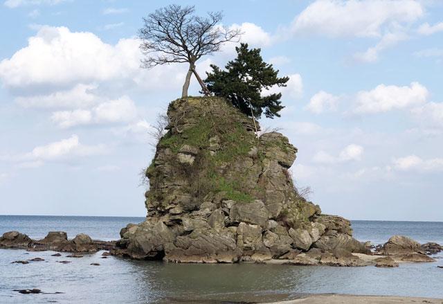 富山県高岡市、雨晴海岸の女岩(おんないわ・めいわ)