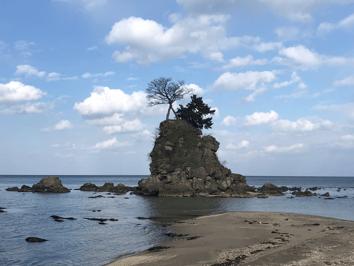 高岡の観光スポット雨晴海岸の女岩