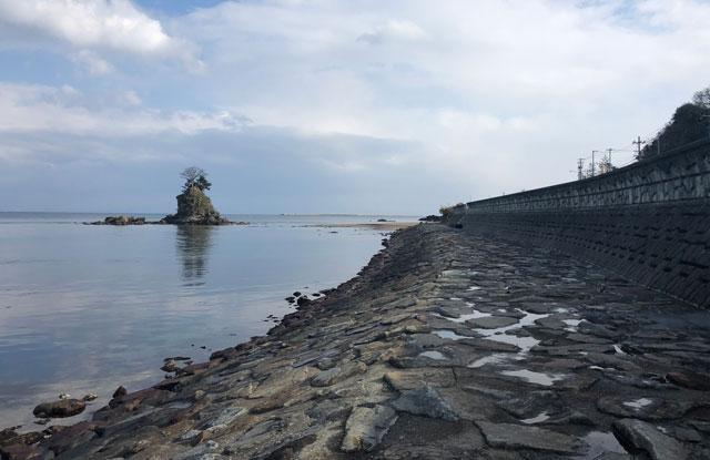 富山県高岡市、雨晴海岸のコンクリと岩のタイル