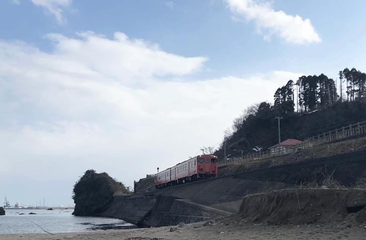 高岡の観光スポット雨晴海岸の女岩近くのJR氷見線