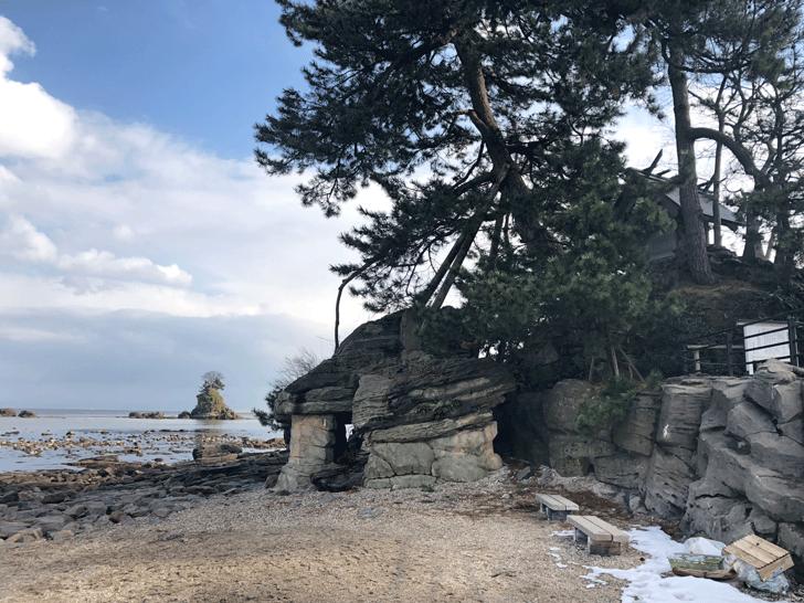 高岡市の観光スポット雨晴海岸の義経岩