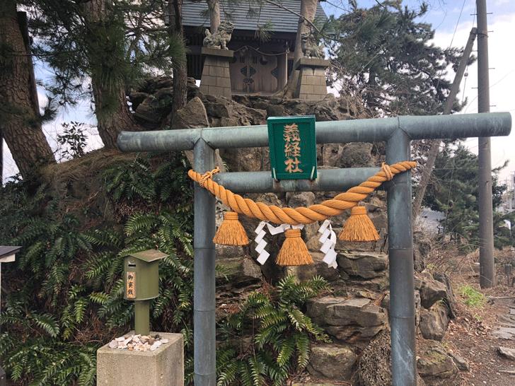 高岡市の観光スポット雨晴海岸の義経社