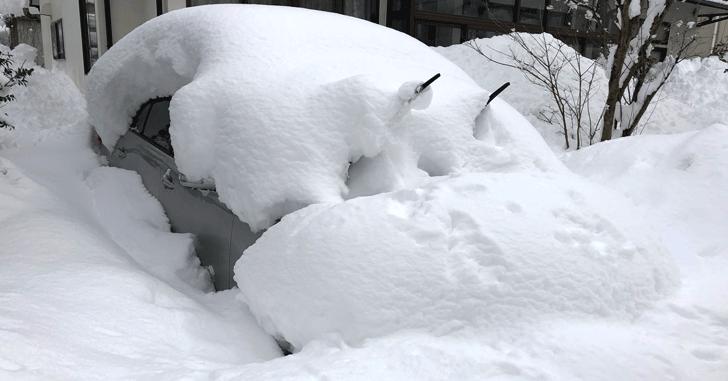 大雪が積もった車