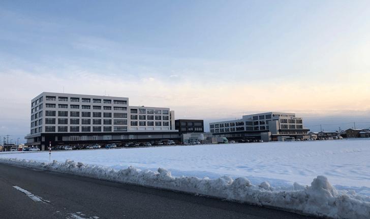 遠くから見た富山西総合病院と富山西リハビリテーション病院