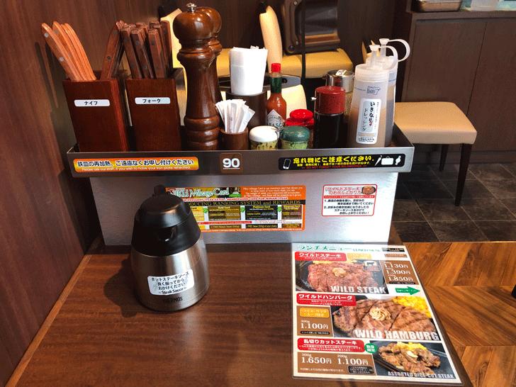 いきなりステーキ天正寺店のテーブル席の様子