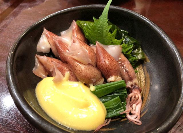 富山市郊外のちょっと贅沢な廻転鮨処すしだるまのホタルイカのお造り